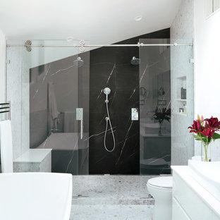 Inspiration pour une salle de bain principale minimaliste avec un placard à porte plane, des portes de placard blanches, une baignoire indépendante, une douche double, un WC à poser, du carrelage en marbre, un mur blanc, un sol en terrazzo, une vasque, un plan de toilette en quartz modifié, un sol blanc, une cabine de douche à porte coulissante et un plan de toilette blanc.