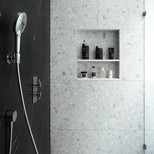 Идея дизайна: главная ванная комната в современном стиле с плоскими фасадами, белыми фасадами, отдельно стоящей ванной, душем без бортиков, унитазом-моноблоком, белой плиткой, мраморной плиткой, белыми стенами, полом из терраццо, настольной раковиной, столешницей из искусственного кварца, белым полом, душем с раздвижными дверями и белой столешницей