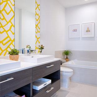 Неиссякаемый источник вдохновения для домашнего уюта: маленькая главная ванная комната в скандинавском стиле с плоскими фасадами, коричневыми фасадами, накладной ванной, открытым душем, раздельным унитазом, бежевой плиткой, керамической плиткой, белыми стенами, полом из керамогранита, раковиной с пьедесталом, столешницей из кварцита, бежевым полом, открытым душем и белой столешницей