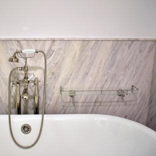 На фото: класса люкс большие главные ванные комнаты в классическом стиле с фасадами с филенкой типа жалюзи, белыми фасадами, отдельно стоящей ванной, угловым душем, раздельным унитазом, белой плиткой, белыми стенами, светлым паркетным полом, врезной раковиной, мраморной столешницей, белым полом, открытым душем и фиолетовой столешницей