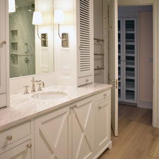 Неиссякаемый источник вдохновения для домашнего уюта: большая главная ванная комната в классическом стиле с фасадами с филенкой типа жалюзи, белыми фасадами, отдельно стоящей ванной, угловым душем, раздельным унитазом, белой плиткой, белыми стенами, светлым паркетным полом, врезной раковиной, мраморной столешницей, белым полом, открытым душем и фиолетовой столешницей