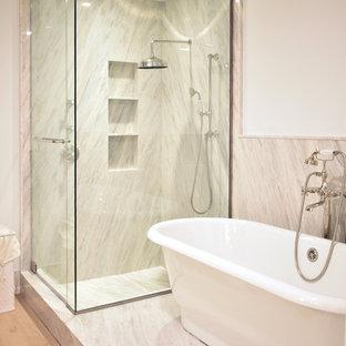 Bild på ett stort vintage lila lila en-suite badrum, med luckor med lamellpanel, vita skåp, ett fristående badkar, en hörndusch, en toalettstol med separat cisternkåpa, vit kakel, vita väggar, ljust trägolv, ett undermonterad handfat, marmorbänkskiva, vitt golv och med dusch som är öppen