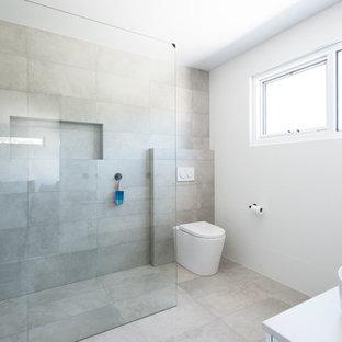 Salle de bain à petit budget avec une baignoire d\'angle ...