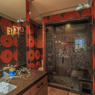 Modernes Badezimmer mit Unterbauwaschbecken, flächenbündigen Schrankfronten, hellbraunen Holzschränken, Duschnische, Wandtoilette mit Spülkasten, farbigen Fliesen, Mosaikfliesen und bunten Wänden in Dallas