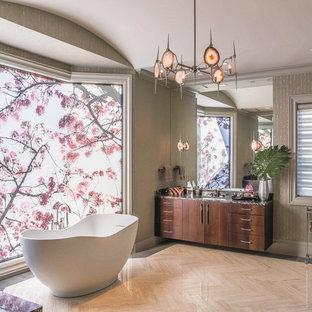Modernes Badezimmer En Suite mit Unterbauwaschbecken, flächenbündigen Schrankfronten, dunklen Holzschränken, freistehender Badewanne und grauer Wandfarbe in Dallas