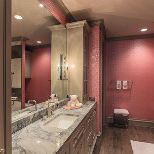 Modernes Kinderbad mit Unterbauwaschbecken, Schrankfronten mit vertiefter Füllung, beigen Schränken, braunen Fliesen, rosa Wandfarbe und dunklem Holzboden in Dallas