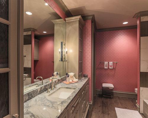 Salle de bain avec un sol en bois fonc et un mur rose photos et id es d co - Salle de bain rose et marron ...