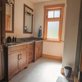 Foto de cuarto de baño principal, retro, grande, con puertas de armario de madera oscura, sanitario de una pieza, paredes blancas, suelo de pizarra, encimera de granito y suelo turquesa