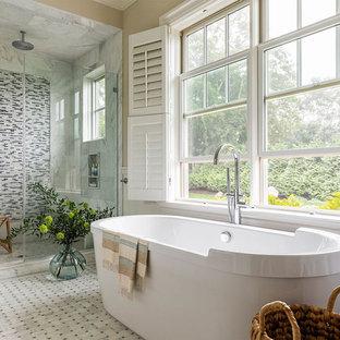 Foto di una stanza da bagno padronale stile marinaro con vasca freestanding, doccia alcova, piastrelle multicolore, piastrelle a listelli, pareti beige, pavimento multicolore e porta doccia a battente