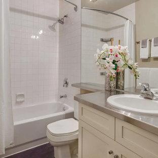 Foto di una stanza da bagno con doccia classica di medie dimensioni con ante in stile shaker, ante bianche, vasca/doccia, WC a due pezzi, piastrelle bianche, piastrelle in ceramica, pareti beige, parquet scuro, lavabo da incasso, top in zinco, pavimento marrone e doccia con tenda
