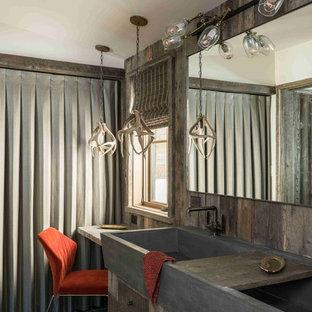 Foto de cuarto de baño rural con armarios con paneles lisos, puertas de armario de madera en tonos medios, paredes marrones, lavabo de seno grande y suelo verde