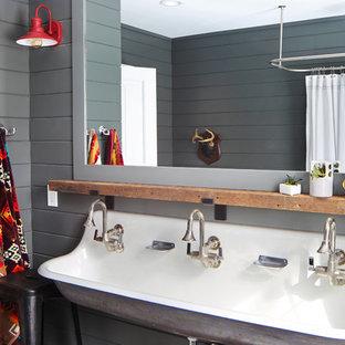 Ispirazione per una stanza da bagno per bambini country con pareti grigie, lavabo rettangolare e doccia con tenda