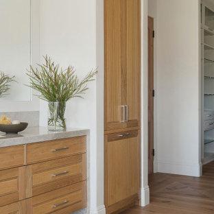 Foto di una grande stanza da bagno padronale moderna con ante a persiana, ante beige, vasca freestanding, WC monopezzo, piastrelle beige, lastra di pietra, parquet chiaro, lavabo sottopiano, top in quarzite e top beige