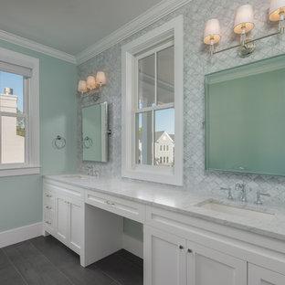 Inredning av ett klassiskt mellanstort vit vitt en-suite badrum, med skåp i shakerstil, vita skåp, flerfärgad kakel, marmorkakel, gröna väggar, ett undermonterad handfat och bänkskiva i kvartsit
