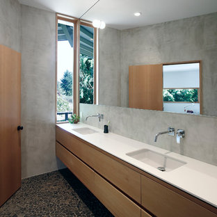 Ejemplo de cuarto de baño principal, vintage, grande, con armarios con paneles lisos, puertas de armario de madera clara, paredes grises, suelo de baldosas tipo guijarro, lavabo bajoencimera y encimera de cuarcita