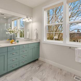 Idéer för stora vintage vitt en-suite badrum, med luckor med infälld panel, turkosa skåp, en dusch i en alkov, en toalettstol med hel cisternkåpa, vit kakel, keramikplattor, vita väggar, ett undermonterad handfat, brunt golv och dusch med gångjärnsdörr