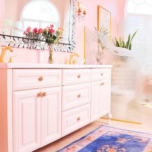 タンパの中サイズのトラディショナルスタイルのおしゃれなマスターバスルーム (家具調キャビネット、白いキャビネット、猫足浴槽、ピンクの壁、アンダーカウンター洗面器、珪岩の洗面台) の写真