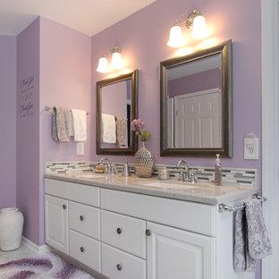 グランドラピッズの中くらいのトラディショナルスタイルのおしゃれな浴室 (アンダーカウンター洗面器、白いキャビネット、アルコーブ型シャワー、白いタイル、セラミックタイル、セラミックタイルの床、人工大理石カウンター、紫の壁) の写真