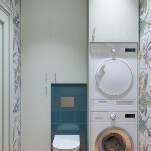Inredning av ett modernt litet orange oranget badrum, med möbel-liknande, skåp i mellenmörkt trä, en vägghängd toalettstol, flerfärgad kakel, keramikplattor, flerfärgade väggar, cementgolv, ett fristående handfat, laminatbänkskiva och orange golv