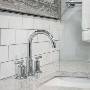 Bild på ett mellanstort funkis grå grått en-suite badrum, med luckor med infälld panel, vita skåp, en dusch i en alkov, en toalettstol med hel cisternkåpa, grå kakel, skifferkakel, blå väggar, klinkergolv i keramik, ett nedsänkt handfat, bänkskiva i kvarts, grått golv och dusch med gångjärnsdörr