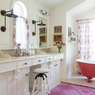 Стильный дизайн: большая главная ванная комната в стиле фьюжн с фасадами в стиле шейкер, белыми фасадами, ванной на ножках, бежевой плиткой, деревянным полом, врезной раковиной, столешницей из известняка, бежевыми стенами и белым полом - последний тренд