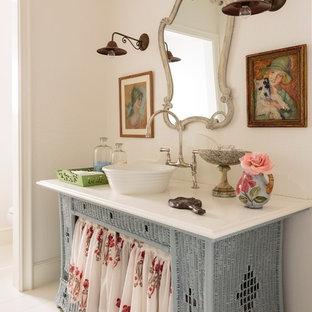 На фото: ванная комната среднего размера в морском стиле с настольной раковиной, фасадами островного типа, синими фасадами, столешницей из искусственного кварца, белыми стенами, деревянным полом и душевой кабиной с