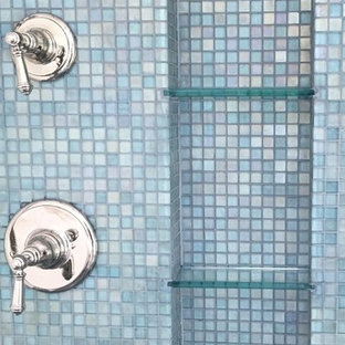 Ejemplo de cuarto de baño principal, costero, grande, con lavabo encastrado, puertas de armario blancas, encimera de granito, bañera exenta, ducha abierta, baldosas y/o azulejos azules, baldosas y/o azulejos en mosaico, paredes azules y suelo de pizarra