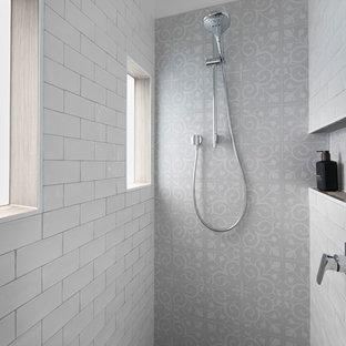 Неиссякаемый источник вдохновения для домашнего уюта: ванная комната среднего размера в стиле современная классика с фасадами островного типа, серыми фасадами, отдельно стоящей ванной, угловым душем, разноцветной плиткой, плиткой кабанчик, белыми стенами, полом из фанеры, душевой кабиной, монолитной раковиной, мраморной столешницей, коричневым полом, открытым душем и белой столешницей