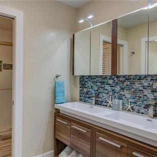 Esempio di una stanza da bagno padronale design di medie dimensioni con ante lisce, ante marroni, piastrelle multicolore, piastrelle di vetro, pareti beige, pavimento in gres porcellanato, lavabo a bacinella, pavimento multicolore e porta doccia scorrevole