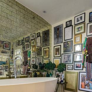 Foto di una stanza da bagno per bambini vittoriana di medie dimensioni con ante con riquadro incassato, ante bianche, vasca freestanding, piastrelle multicolore e piastrelle di vetro