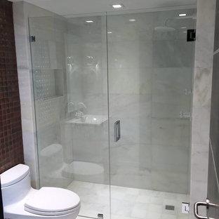 Modelo de cuarto de baño con ducha, minimalista, pequeño, con sanitario de una pieza, suelo blanco, ducha empotrada, baldosas y/o azulejos blancos, baldosas y/o azulejos de mármol, paredes blancas, lavabo integrado, encimera de cuarzo compacto, ducha con puerta con bisagras, armarios con paneles lisos, puertas de armario blancas y suelo de mármol