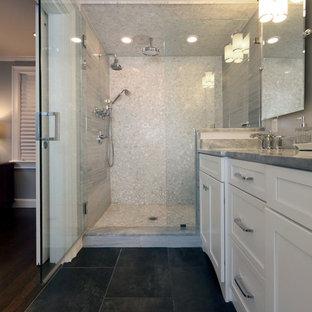 Esempio di una stanza da bagno con doccia chic di medie dimensioni con ante in stile shaker, ante bianche, doccia alcova, piastrelle grigie, piastrelle di ciottoli, pareti grigie, pavimento in ardesia, lavabo sottopiano, top in marmo, pavimento nero e porta doccia a battente