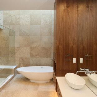 Ispirazione per un'ampia stanza da bagno padronale contemporanea con lavabo sottopiano, nessun'anta, ante in legno bruno, top in quarzite, vasca freestanding, WC monopezzo, piastrelle bianche, piastrelle in ceramica, pareti multicolore e pavimento con piastrelle a mosaico