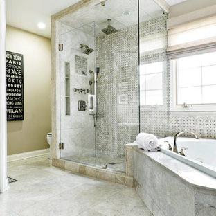 Идея дизайна: большая главная ванная комната в современном стиле с накладной ванной, двойным душем, черно-белой плиткой, серой плиткой, плиткой мозаикой, бежевыми стенами и полом из керамической плитки