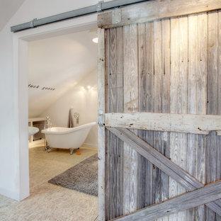 Idée de décoration pour une petit salle d'eau bohème avec un placard sans porte, des portes de placard blanches, une baignoire sur pieds, un WC séparé, un mur blanc et un sol en contreplaqué.
