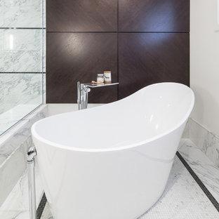 Ejemplo de cuarto de baño principal, tradicional renovado, grande, con encimera de mármol, bañera exenta, ducha esquinera, sanitario de una pieza, baldosas y/o azulejos blancos, baldosas y/o azulejos de piedra, paredes beige y suelo de pizarra