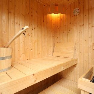 Esempio di una grande sauna boho chic con WC sospeso e pavimento in legno massello medio