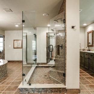 Неиссякаемый источник вдохновения для домашнего уюта: большая главная ванная комната в средиземноморском стиле с врезной раковиной, фасадами в стиле шейкер, искусственно-состаренными фасадами, бежевой плиткой, галечной плиткой, бежевыми стенами, полновстраиваемой ванной, двойным душем и полом из терракотовой плитки