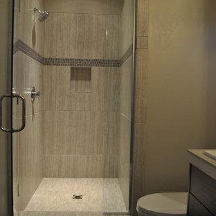 Idee per una grande sauna design con lavabo sottopiano, ante lisce, ante in legno bruno, top piastrellato, piastrelle in gres porcellanato, pareti grigie, pavimento in gres porcellanato, vasca da incasso e piastrelle grigie