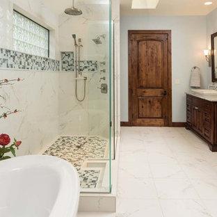 Foto di una grande stanza da bagno padronale stile rurale con ante a filo, ante in legno bruno, vasca freestanding, doccia alcova, piastrelle grigie, piastrelle di vetro, pareti blu, pavimento in marmo, lavabo a bacinella e top in marmo