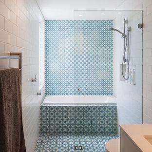 Foto di una stanza da bagno per bambini stile marinaro con doccia aperta, WC sospeso, piastrelle multicolore, piastrelle di cemento, lavabo sottopiano, top in quarzo composito, ante bianche, pareti blu, pavimento in cementine, pavimento blu e doccia aperta