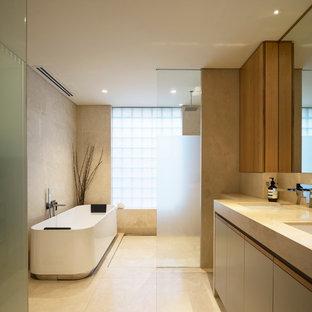 Modelo de cuarto de baño minimalista, de tamaño medio, con armarios con paneles lisos, bañera exenta, ducha abierta, baldosas y/o azulejos beige, paredes beige y ducha abierta