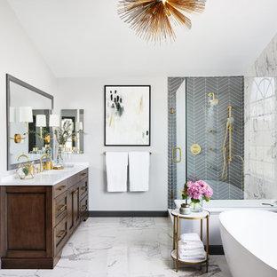 Inspiration för ett stort vintage vit vitt en-suite badrum, med möbel-liknande, skåp i mellenmörkt trä, ett fristående badkar, en hörndusch, en toalettstol med hel cisternkåpa, grå kakel, porslinskakel, grå väggar, klinkergolv i porslin, ett undermonterad handfat, bänkskiva i kvarts, vitt golv och dusch med gångjärnsdörr