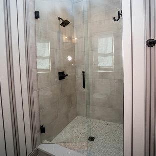Foto på ett litet funkis vit badrum med dusch, med skåp i shakerstil, svarta skåp, en dusch i en alkov, en toalettstol med hel cisternkåpa, grå kakel, porslinskakel, flerfärgade väggar, klinkergolv i porslin, ett undermonterad handfat, bänkskiva i kvarts, grått golv och dusch med gångjärnsdörr