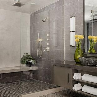 Idee per una grande stanza da bagno padronale design con ante lisce, ante grigie, piastrelle grigie, piastrelle in gres porcellanato, pareti grigie, pavimento in travertino, lavabo a bacinella, top in quarzo composito, doccia alcova e porta doccia a battente