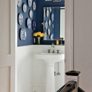 Immagine di una stanza da bagno con doccia classica di medie dimensioni con pareti blu, pavimento con piastrelle a mosaico e lavabo a colonna