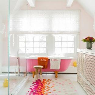 Klassisches Kinderbad mit freistehender Badewanne, farbigen Fliesen, orangefarbenen Fliesen, rosafarbenen Fliesen und rosa Wandfarbe in Boston