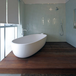 Ispirazione per una stanza da bagno design con vasca freestanding, doccia aperta e doccia aperta