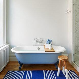 Imagen de cuarto de baño principal, clásico, grande, con paredes blancas, suelo de madera en tonos medios, suelo marrón, ducha con puerta con bisagras, bañera con patas, ducha esquinera, baldosas y/o azulejos grises, baldosas y/o azulejos blancos y baldosas y/o azulejos de piedra