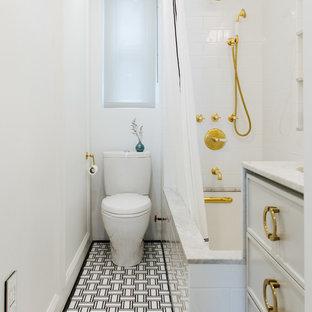Klassisk inredning av ett mellanstort vit vitt badrum med dusch, med luckor med infälld panel, vita skåp, en dusch/badkar-kombination, vit kakel, vita väggar, ett undermonterad handfat, dusch med duschdraperi, ett undermonterat badkar, en toalettstol med hel cisternkåpa, keramikplattor, klinkergolv i keramik, marmorbänkskiva och svart golv